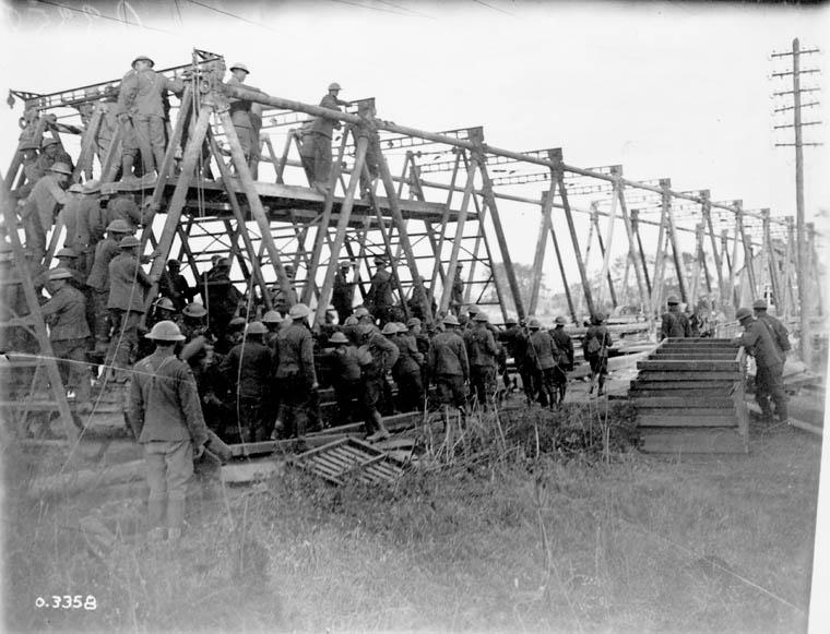 Photo - Troupes canadiennes érigeant un pont