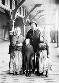 Photograph of German immigrants, Québec, Quebec, 1911