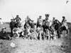 Image de la Danse du Soleil, guerriers cris posant dans un champ