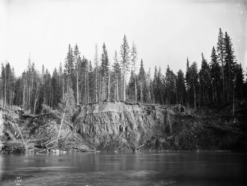 Photo montrant un grand filon de charbon sur les rives de la rivière
