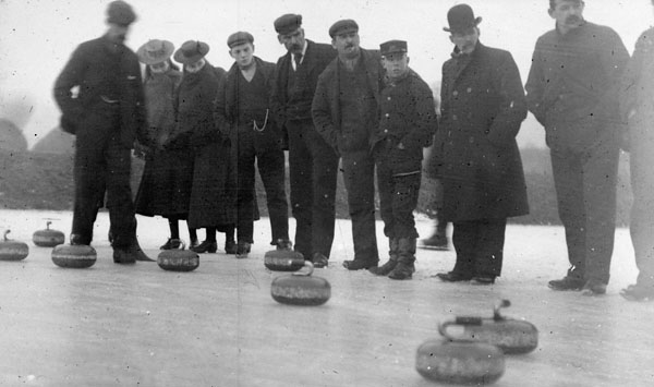 Photo d'un groupe de spectateurs en train de regarder un match de curling, 1900-1910
