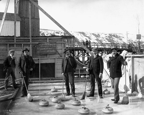 Photo d'hommes en train de participer à un match de championnat de curling au Dawson Curling Club, 1901
