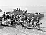 Personnel du Corps de santé royal canadien transportant des « victimes » lors d'un exercice en Angleterre avant le raid sur Dieppe.
