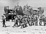 Soldats canadiens descendant d'une péniche de débarquement lors d'un exercice d'entraînement avant le raid sur Dieppe.