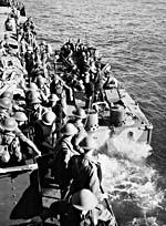 Soldats des Cameron Highlanders du Canada dans une péniche de débarquement avant le raid sur Dieppe.