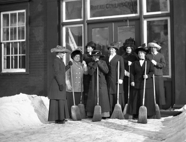 Curlers in front of the Rideau Curling Club, 1910