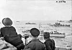 Convoi de péniches de débarquement se dirigeant vers Dieppe durant l'opération Jubilee.