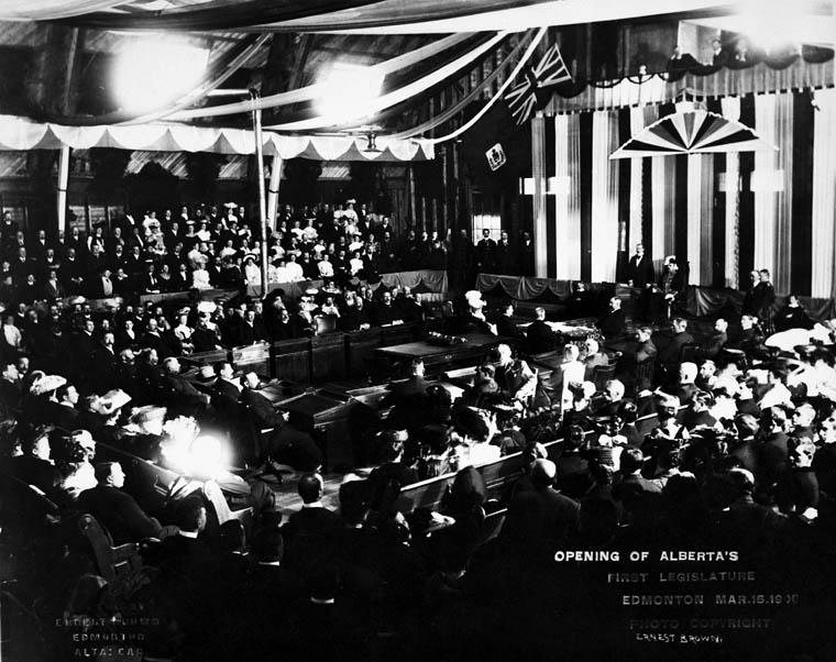 Photo des membres et des invités à la cérémonie d'ouverture de la première Assemblée législative de l'Alberta, Edmonton, 15 mars 1906