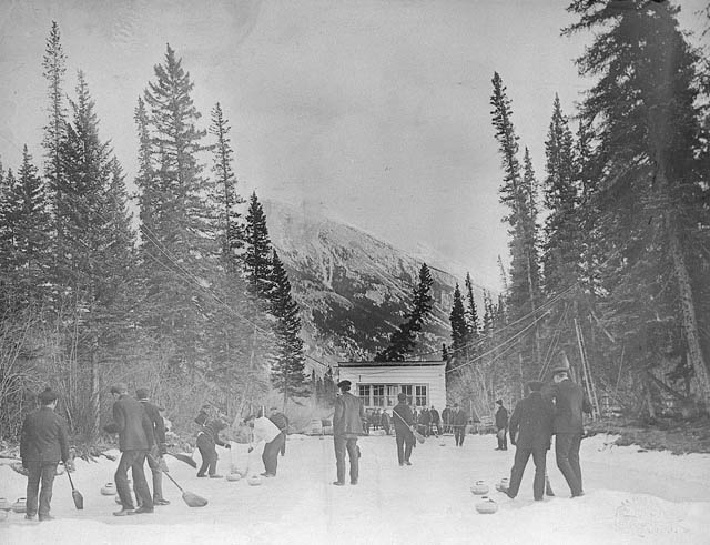 Photo montrant des gens en train de jouer au curling à Banff (Alberta), 1906