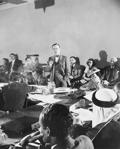 Photo de Lester B. Pearson s'adressant à un comité lors de la Conférence des Nations Unies sur l'Organisation internationale à San Francisco, 1945