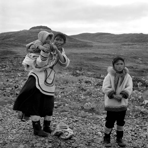 Photograph of Uksawalli and her baby and an Inuit girl on their way to ...: www.collectionscanada.gc.ca/inuit/020018-1304-e.html